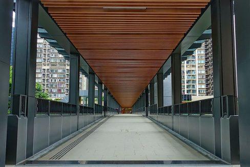 Covered_footbridge_connecting_Caribbean_Coast_and_Visionary,_Tung_Chung_(Hong_Kong)